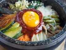 Riso coreano mis con le verdure e l'uovo con salsa coreana immagini stock