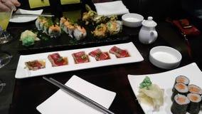 Riso crudo dell'alimento di sasumi del rotolo di tonno della barra del ristorante del pesce dei sushi affamato Fotografie Stock