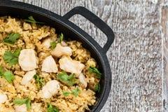 Riso-curry del pilaf con il pollo ed insalata sotto forma di ferro immagini stock libere da diritti