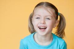 Riso da menina da criança de 5 anos imagens de stock royalty free