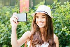 Riso da menina de Selfie Fotos de Stock