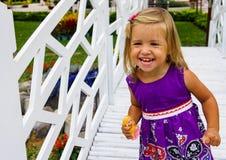 Riso da menina vai sobre a ponte branca Fotos de Stock Royalty Free