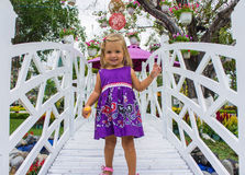 Riso da menina vai sobre a ponte branca Fotografia de Stock Royalty Free