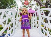 Riso da menina vai sobre a ponte branca Imagens de Stock