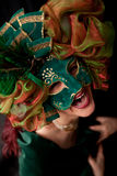 Riso da mulher, desgastando uma máscara varnival verde Fotografia de Stock