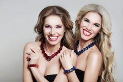 Riso de dois modelos de forma das mulheres Fotografia de Stock