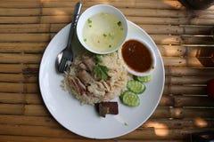 Riso del pollo con il cetriolo, il coriandolo ed il cucchiaio nel pla bianco immagini stock libere da diritti