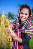 Riso della tenuta della donna dell'agricoltore nel campo Immagini Stock Libere da Diritti