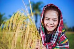 Riso della tenuta della donna dell'agricoltore nel campo Fotografie Stock
