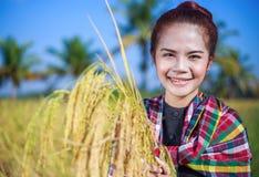 Riso della tenuta della donna dell'agricoltore nel campo Fotografie Stock Libere da Diritti