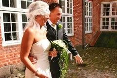 Riso delle coppie di cerimonia nuziale Fotografia Stock