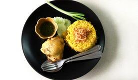 Riso di Biryani del pollo con la cipolla fritta in grasso bollente fotografie stock libere da diritti