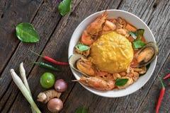 Riso ed uova rimescolate completati con frutti di mare Fotografia Stock Libera da Diritti