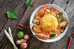 Riso ed uova rimescolate completati con frutti di mare Immagini Stock Libere da Diritti