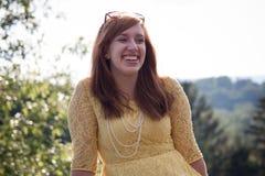 Riso exterior da mulher nova Fotografia de Stock