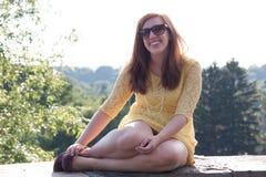 Riso exterior da mulher nova Fotos de Stock