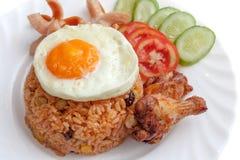 Riso fritto con le salsiccie, uovo fritto, pollo fritto, cuc dell'americano Fotografia Stock