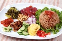 Riso fritto del gelsomino con la pasta del gamberetto, Kao Klok Kapi - tailandese Immagine Stock