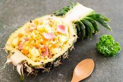 riso fritto dell'ananas con il prosciutto fotografia stock