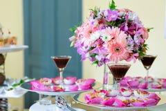Riso fritto della miscela contenuto in fiore di loto immagini stock libere da diritti