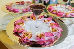 Riso fritto della miscela contenuto in fiore di loto fotografia stock