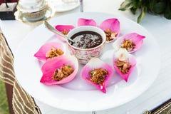 Riso fritto della miscela contenuto in fiore di loto fotografie stock