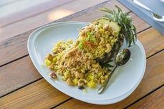Riso fritto nello stile tailandese dell'ananas in piatto bianco fotografie stock libere da diritti