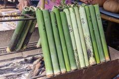 Riso glutinoso arrostito in giunti di bambù immagini stock libere da diritti