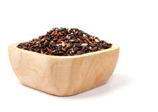 Riso nero tailandese crudo in ciotole di legno su bianco Immagine Stock