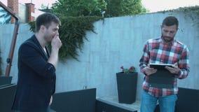 Riso novo de dois homens de negócios após o encontro Uma boa reunião bem sucedida entre o produtor e o homem talentoso criativo vídeos de arquivo