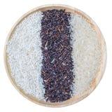 Riso organico, alimento sano, riso misto, riso bianco del gelsomino, bacca del riso, riso glutinoso in ciotola di legno isolata s fotografia stock