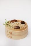 Riso sbramato in contenitore di bambù Fotografia Stock Libera da Diritti