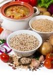 Riso sbramato e quinoa ed ingredienti freschi per minestra, verticali fotografie stock libere da diritti