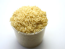 Riso sbramato o riso grezzo dalla Tailandia su un fondo bianco Immagine Stock