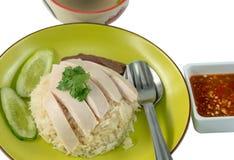Riso su un fondo bianco, percorso del pollo di Hainanese di ritaglio fotografia stock libera da diritti