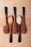 Riso sui cucchiai di legno Immagini Stock