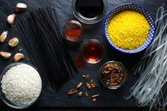 Riso, tagliatelle di riso e tempura su una pietra nera Cucina asiatica Immagini Stock Libere da Diritti