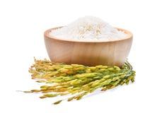 Riso tailandese del gelsomino del riso bianco in ciotola di legno e riso non macinato fotografia stock