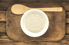 Riso in un piatto con il cucchiaio Aspetti per cucinare Alimento sano Immagine Stock Libera da Diritti