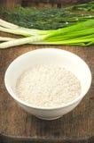 Riso in un piatto con insalata e verdi Ingredienti per sano Immagini Stock