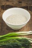 Riso in un piatto con insalata e verdi Ingredienti per sano Fotografia Stock