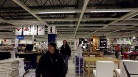 risoluzione 4k della gente che compera la loro mobilia dentro Ikea archivi video