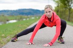 Risolvere atletico adatto della giovane donna Immagini Stock