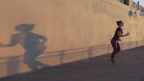 Risolvere della gente Uomo e donna che fanno allungando esercizio contro un bello tramonto video d archivio
