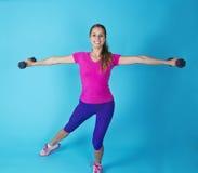 Risolvere ispano della donna di forma fisica Fotografie Stock