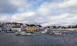 Risor, Норвегия - 16-ое марта 2018: Город и гавань Risor, маленький город в южной части Норвегии Стоковая Фотография RF