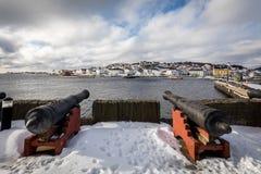 Risor Norwegia, Marzec, - 16, 2018: Starzy działa w Risor mieście i schronieniu widzieć w tle, obraz royalty free
