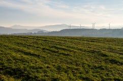 Risorse energetiche di energia alternativa per il futuro - mulini a vento nei precedenti Immagini Stock Libere da Diritti