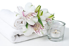 Risorse per la stazione termale, il tovagliolo bianco, la candela ed il fiore Fotografia Stock Libera da Diritti