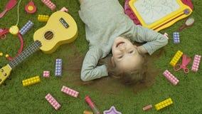 Risos da menina que encontram-se no fundo verde, vista superior vídeos de arquivo
